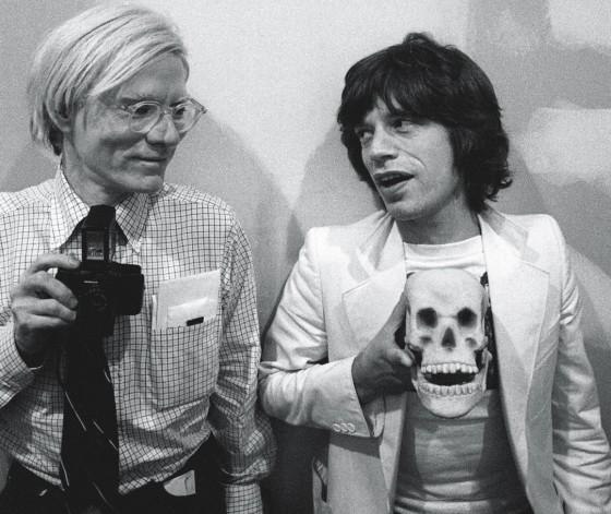 Andy Warhol e Mick Jagger com a caneca de crânio, 1977