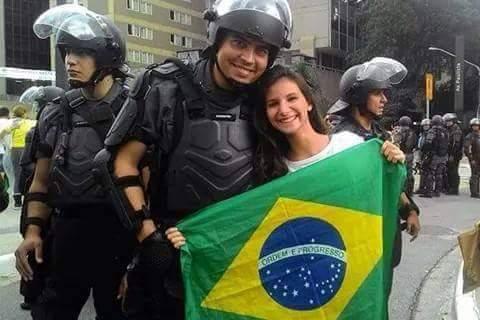 """Momento """"love"""" da tropa com a população - 15 março 2015 (foto do Twitter)"""