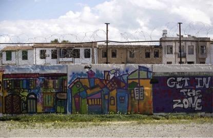 Muro divide na fronteira da zona-tampão das Nações Unidas, vista da área controlada Greco cipriota, em março de 2014. (Neil Hall/Reuters)
