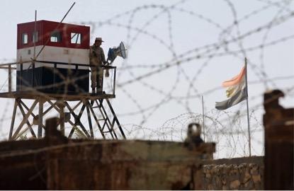 Foto tirada do lado palestino da fronteira de Rafah, em outubro de 2014, e mostra a torre do lado Egípcio. (Said Khatib/AFP via Getty Images)