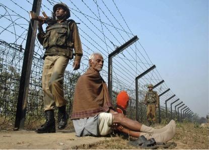 Em 1993, a construção da cerca começou. São 4.000 KM acidentados entre Índia e Bangladesh. (Ramakanta Dey/Associated Press).