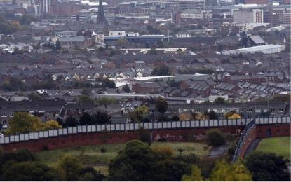 Fotos de outubro de 2014, do muro que divide as comunidades Católicas e Protestantes. (Cathal McNaughton/Reuters). Ainda hoje existem 99 barreiras em Belfast, e outros muros na cidade de Derry.