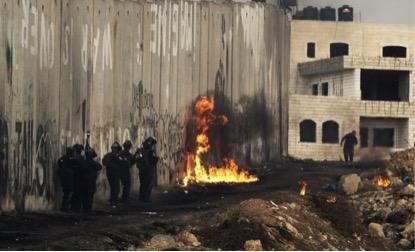 Em 2002, Israel começou a construir esse muro com 675 KM, umas partes em concreto e outras de arame farpado, com 5 a 8 metros de altura. (Atef Safadi/European Pressphoto Agency)
