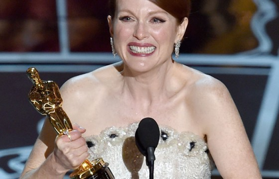 Julianne Moore recebendo Oscar por Alice.