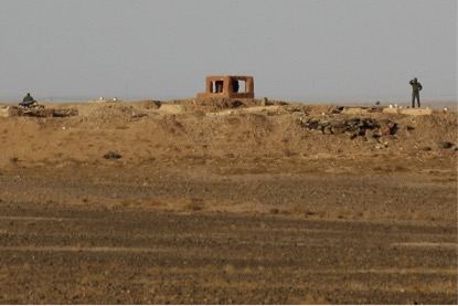 """Soldados marroquinos no """"muro de areia fortificado"""" que separa áreas controladas do Marrocos, no Saara Ocidental perto da fronteira com a Argélia. Foto nov 2014."""