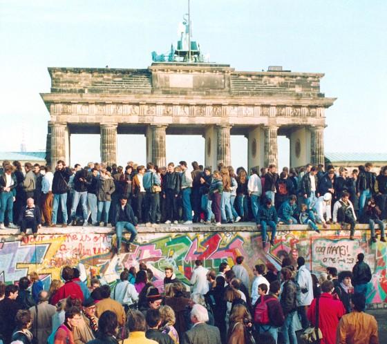 Muro de Berlim caiu em 9 de novembro de 1989. Tinha 1400 km de comprimento.