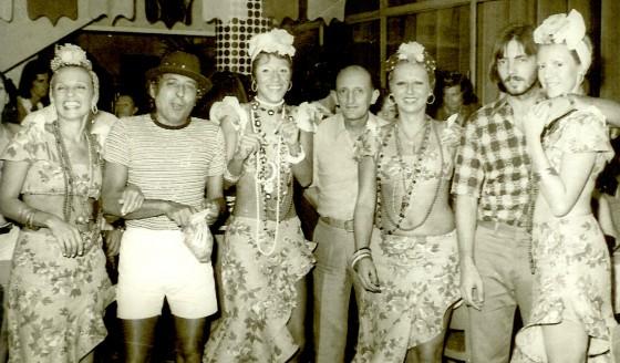Silvana, a 1ª da direita para esquerda ao lado de seu marido Paulo. Seguida da irmã Sueli, cunhada Regina e meus pais, Agarb e Jeanete.