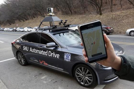 Um pesquisador do Centro de Inteligência de Veículos da Universidade Nacional de Seul, mostra o aplicativo de smartphone para o carro autônomo. AP Photo/Lee Jin-man